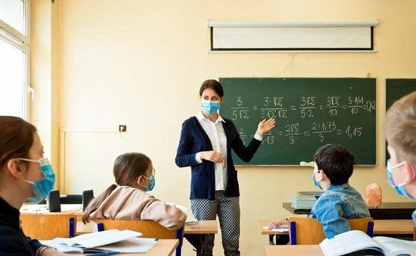 profesor elevi scoala coronavirus