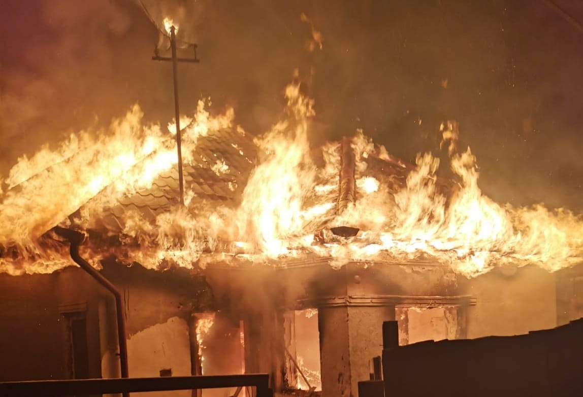 casa distrusa foc