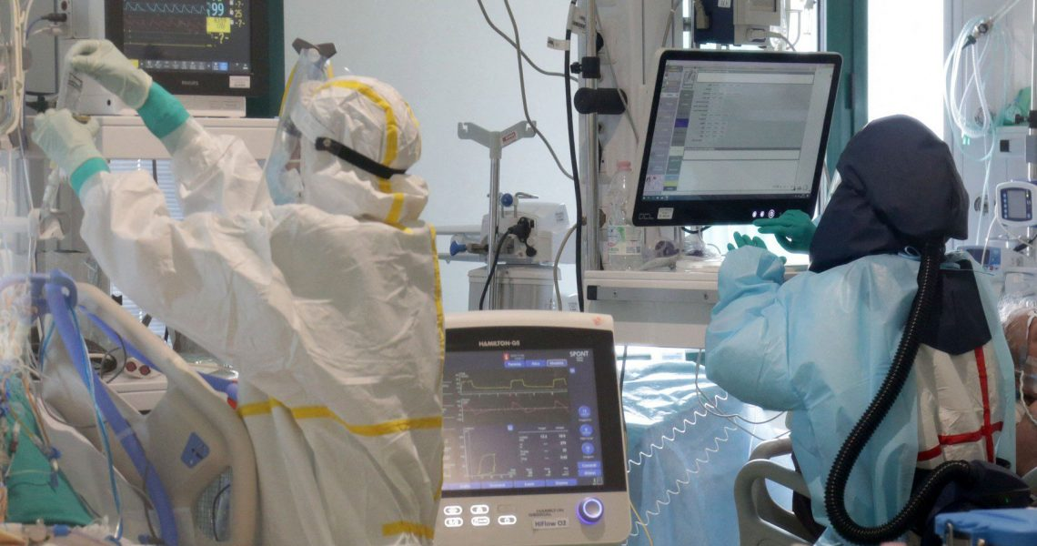 Health workers wearing overalls and protective masks in the new intensive care unit of the Ospedale Maggiore hospital during the second wave of the Covid-19 Coronavirus pandemic, Bologna, Italy, November 26, 2020.,Image: 571650032, License: Rights-managed, Restrictions: Italy out, Model Release: no